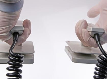Jak użyć defibrylatora?