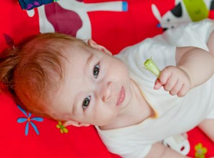 Jak wspierać rozwój noworodka i niemowlaka?