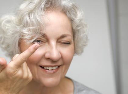 Objawy niepożądane soczewek kontaktowych to infekcje oczu, uczulenia i podrażnienia./fot. Fotolia