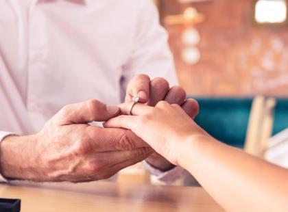Jak wybrać odpowiedni pierścionek, nie znając rozmiaru? Jest na to kilka sposobów!