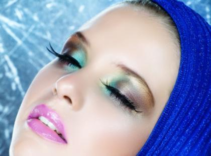 Jak wydłużyć okrągłą twarz przy pomocy makijażu?