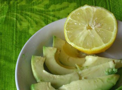 Jak wyjąć pestkę z awokado i pokroić je w 30 sekund