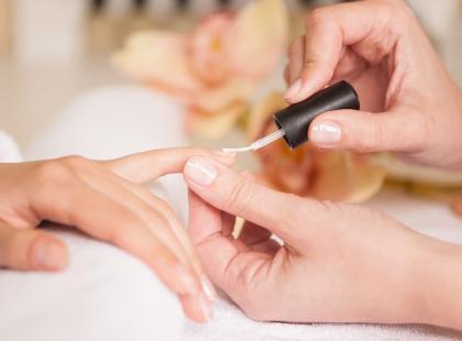 Jak wykonać french manicure? Instrukcja krok po kroku!