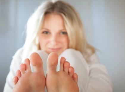 Jak wykonać wygładzająco-nawilżający zabieg dla stóp?