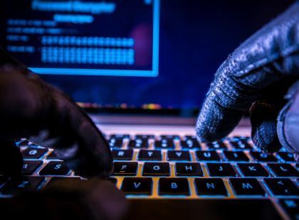 Jak wyłudzić pieniądze na Facebooku - hakerzy mają nowy sposób. Każdy może być ofiarą. Czy da się przed tym ustrzec?