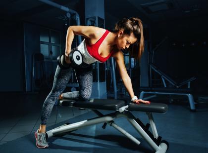 Jak wyrzeźbić triceps i górną partię pleców? Zobacz!