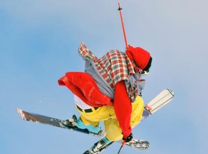 Jak zacząć zabawę w snowparku? – triki i harce newschool