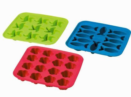 Taca na kostki lodu Plastis. Wykonana z gumy syntetycznej. Można myć ją w zmywarce. Do wyboru różne kształty. IKEA. Cena: 6,99 zł.