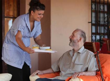 Jak zapewnić opiekę seniorowi?