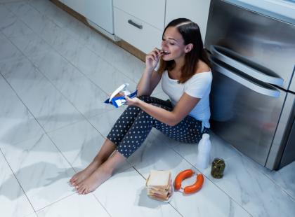 Jak zatrzymać wieczorne podjadanie? Wypróbuj 5 skutecznych sposobów!