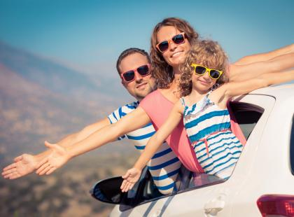 Jak zdrowo podróżować samochodem w upalny dzień?