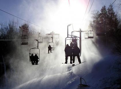 Jak ze snowboardem wjeżdżać wyciągiem?