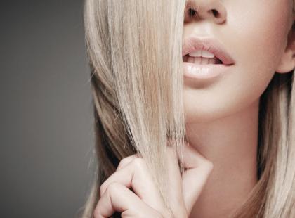Jak zregenerować suche i zniszczone włosy?