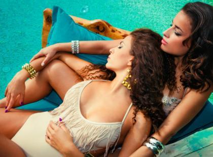 Jakie kostiumy kąpielowe warto kupować na wyprzedażach?