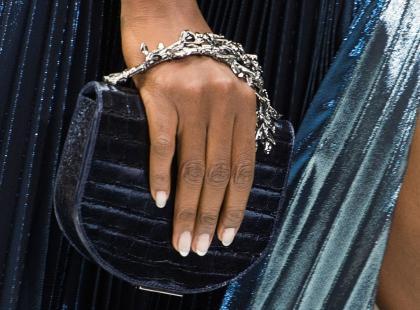Jakie paznokcie do granatowej sukienki? Tylko nie granat!