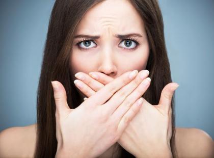 Jakie są przyczyny nieświeżego oddechu? Oto 11 możliwych winowajców