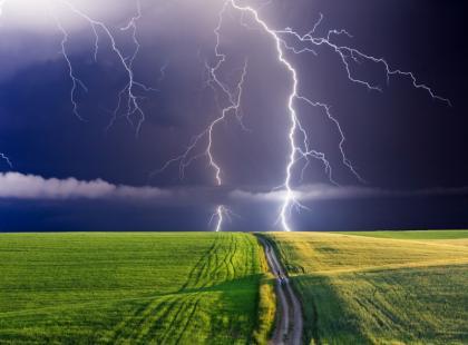 Jakie są skutki bezpośredniego uderzenia pioruna?