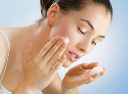 Jakie substancje wykorzystuje się w kosmetykach przeciwtrądzikowych?