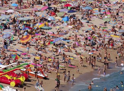 """""""Janusze na wakacjach"""", czyli cała prawda o polskich plażach. Czy za granicą jest lepiej?"""