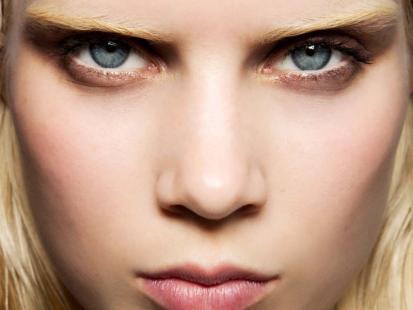 Jasne brwi - trendy w makijażu