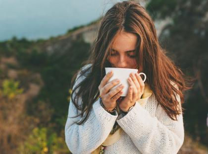 Jedzenie owoców i picie gorącej herbaty to tylko część rzeczy, których nie powinnaś robić po posiłku