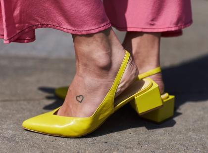 Jest kobiecy, ale robienie go boli. Co warto wiedzieć o tatuażu na stopie?