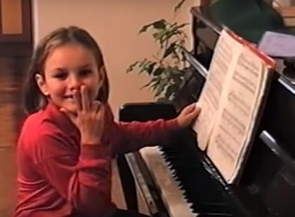 """Jest moc! Ewa Farna zaprezentowała nową piosenkę """"Bumerang"""", a w klipie umieściła... zdjęcia z dzieciństwa!"""