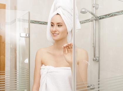 Seks w kabinie prysznicowej