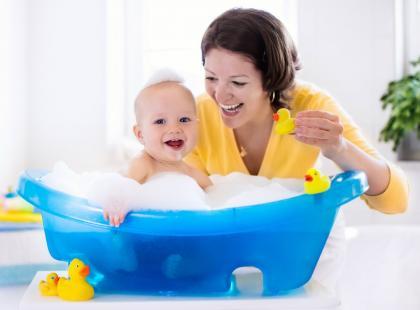 Kąpiel dziecka spędza ci sen z powiek? Oto skuteczne rady co robić, by maluch nie płakał