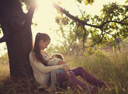 Karmienie piersią to pedofilia? Tak zdaje się uważać pewien polski portal
