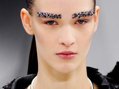 Karnawałowe brwi jak u Chanel