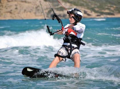 Kask i kapok na wyposażeniu kitesurfingowca
