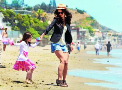 Katie Holmes  i Suri Cruise - W szpilkach na plaży