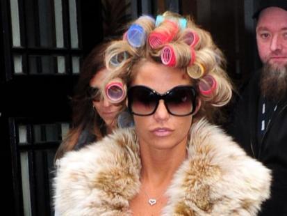 Katie Price w wałkach we włosach chodzi po ulicy