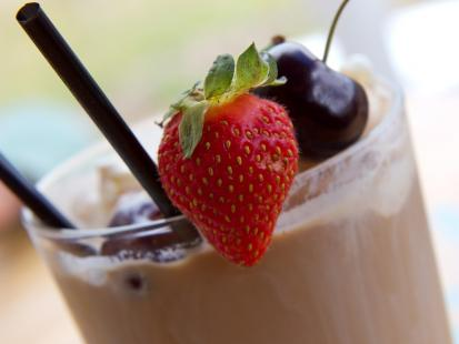 Kawa mrożona z lodami owocowymi