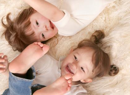 Małe dzieci uwielbiają zabawę! Zaproponuj im zatem kilka kreatywnych zabaw!