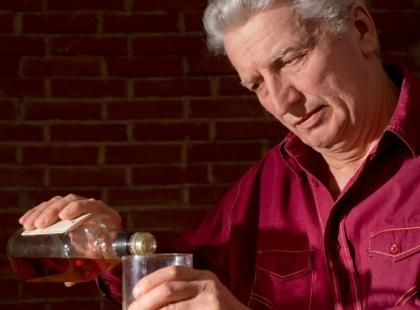 Kiedy senior sięga po alkohol…