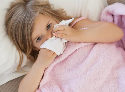 Kiedy z przeziębieniem u dziecka trzeba się zgłosić do lekarza, a kiedy można leczyć na własną rękę?