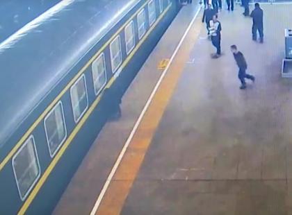 Kilkuletnia dziewczynka wpadła pod pociąg