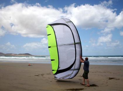 Kitesurfing – rozkładanie i składanie latawca na plaży