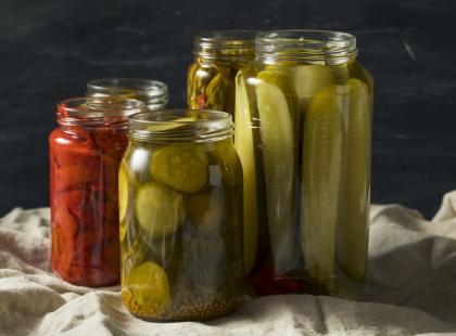 Klasyczny dodatek do obiadu! Sprawdzony przepis na sałatkę z ogórków i papryki w curry!