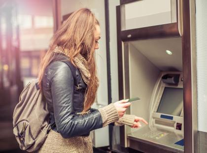 Klienci dużego banku wkurzeni. Wraca prowizja za wypłaty z bankomatu