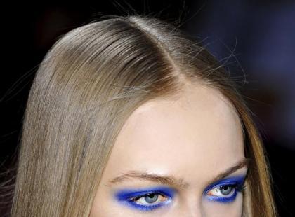 Kobaltowy makijaż oczu