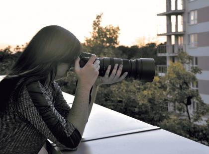 Kobieta detektyw - jej broń to aparat, a cel... niewierni małżonkowie.
