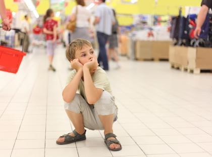 Kobieta znalazła 6-latka błąkającego się samotnie po galerii handlowej. Nie zgadniecie, co na widok dziecka powiedziała jego matka…