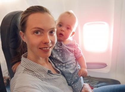 Kobietę wyrzucono z dziećmi z samolotu za to, że… zaczęła przewijać córkę na pokładzie