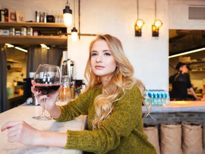 Kobiety piją inaczej. I inaczej wychodzą z nałogu