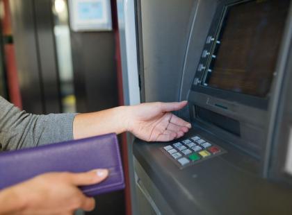 Kolejny bank ogłasza podwyżki! Dotkną one każdego, kto ma w nim konto