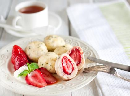 Kolejny świetny pomysł na letni obiad! Zobacz, jak zrobić knedle z truskawkami!