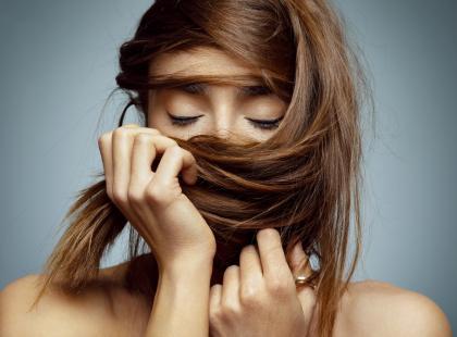 Koniec z szybko przetłuszczającymi się włosami! Idziemy o zakład, że jeszcze nie znasz tego patentu